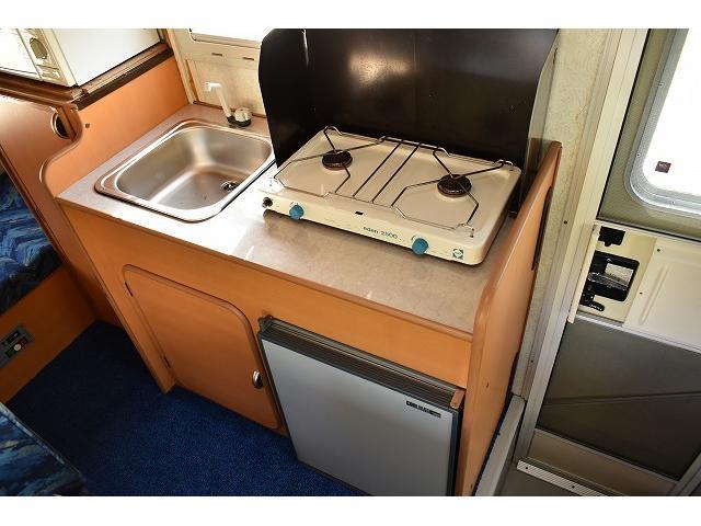シンク・コンロ・65L冷蔵庫と充実の装備内容です。