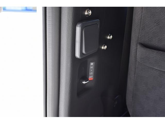 トヨタセーフティセンス キーレス パワースライドドア ステアリングスイッチ レザーシート加工 シンク 冷蔵庫 15インチフリップダウンモニター ナビ切替スイッチ 運転席・助手席コの字カーテン(34枚目)