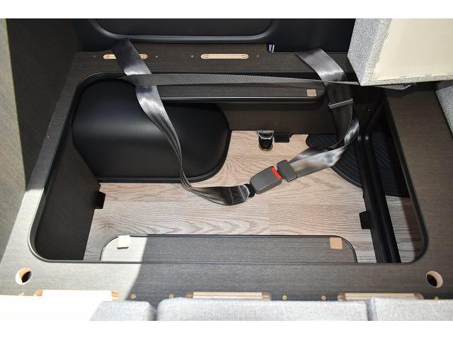 トヨタセーフティセンス キーレス パワースライドドア ステアリングスイッチ レザーシート加工 シンク 冷蔵庫 15インチフリップダウンモニター ナビ切替スイッチ 運転席・助手席コの字カーテン(50枚目)
