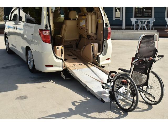 ☆実際に車椅子を使用しウインチで引っ張ってみました!スロープの傾斜も緩やかなので、サポートもほとんどなくても車内へ取り入れることができます。※車いすは装着例です