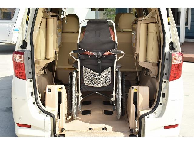 ☆車椅子を車内に取り入れた写真です。ウインチと固定装置で走行中の車椅子もしっかりサポートしてくれます。※車いすは装着例です
