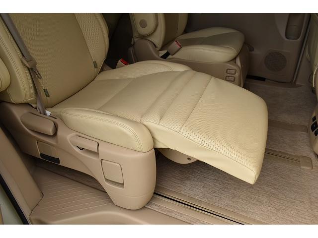後部座席右側の座席にはオットマンが付いております。