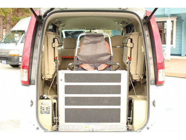 ☆車椅子を車内に取り入れた写真です。車椅子電動固定装置で走行中の車椅子もしっかりサポートしてくれます。※車いすは装着例です