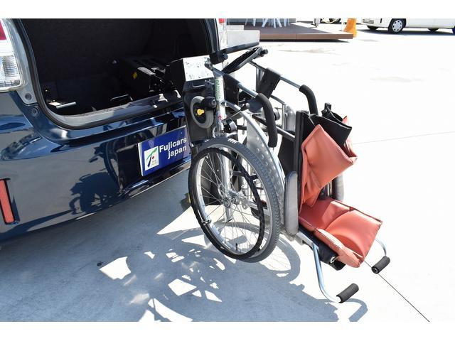 車椅子収納装置です。※車いすは装着例です