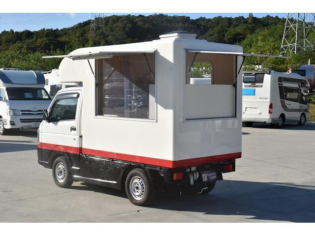 KCエアコン・パワステ 移動販売車 キッチンカー ケータリングカー 2槽シンク 給排水タンク 家庭用AC冷蔵庫 ルーフベント 外部電源  販売口1か所 12Lフライヤー アクリル窓 ラック 収納 作業台(6枚目)