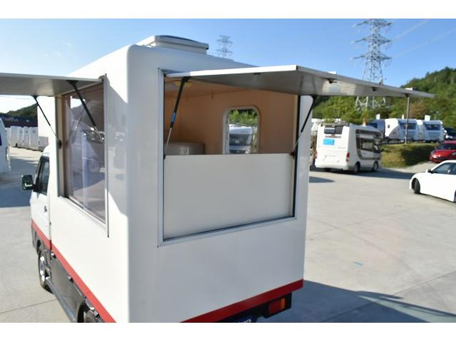 KCエアコン・パワステ 移動販売車 キッチンカー ケータリングカー 2槽シンク 給排水タンク 家庭用AC冷蔵庫 ルーフベント 外部電源  販売口1か所 12Lフライヤー アクリル窓 ラック 収納 作業台(8枚目)