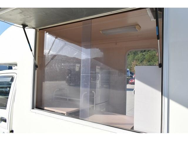 KCエアコン・パワステ 移動販売車 キッチンカー ケータリングカー 2槽シンク 給排水タンク 家庭用AC冷蔵庫 ルーフベント 外部電源  販売口1か所 12Lフライヤー アクリル窓 ラック 収納 作業台(9枚目)