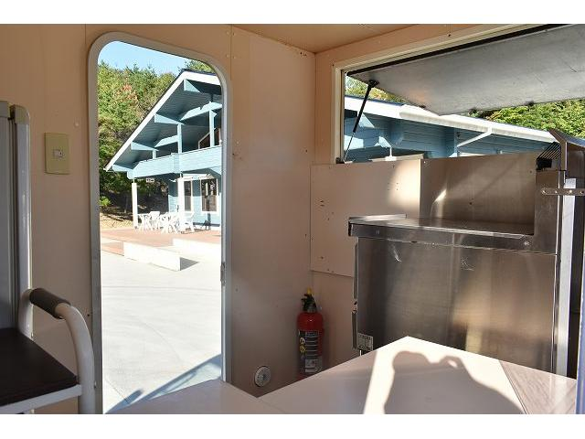 KCエアコン・パワステ 移動販売車 キッチンカー ケータリングカー 2槽シンク 給排水タンク 家庭用AC冷蔵庫 ルーフベント 外部電源  販売口1か所 12Lフライヤー アクリル窓 ラック 収納 作業台(11枚目)