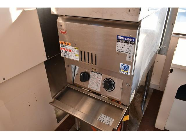 KCエアコン・パワステ 移動販売車 キッチンカー ケータリングカー 2槽シンク 給排水タンク 家庭用AC冷蔵庫 ルーフベント 外部電源  販売口1か所 12Lフライヤー アクリル窓 ラック 収納 作業台(13枚目)
