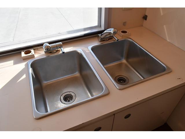 KCエアコン・パワステ 移動販売車 キッチンカー ケータリングカー 2槽シンク 給排水タンク 家庭用AC冷蔵庫 ルーフベント 外部電源  販売口1か所 12Lフライヤー アクリル窓 ラック 収納 作業台(16枚目)