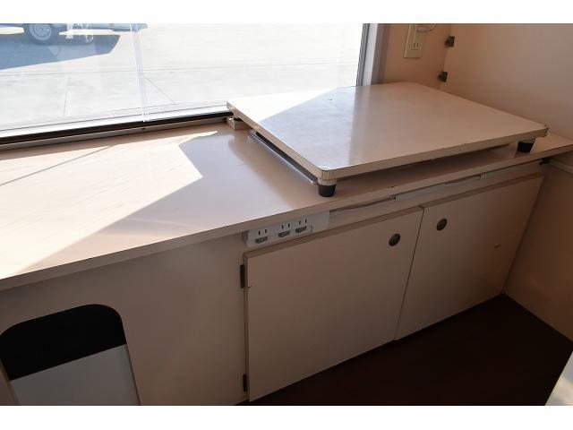 KCエアコン・パワステ 移動販売車 キッチンカー ケータリングカー 2槽シンク 給排水タンク 家庭用AC冷蔵庫 ルーフベント 外部電源  販売口1か所 12Lフライヤー アクリル窓 ラック 収納 作業台(19枚目)