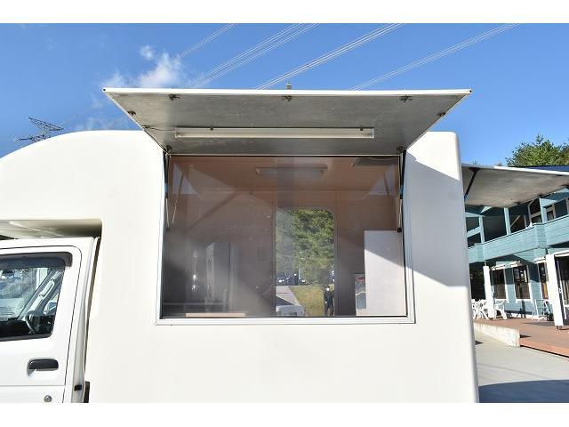 KCエアコン・パワステ 移動販売車 キッチンカー ケータリングカー 2槽シンク 給排水タンク 家庭用AC冷蔵庫 ルーフベント 外部電源  販売口1か所 12Lフライヤー アクリル窓 ラック 収納 作業台(35枚目)