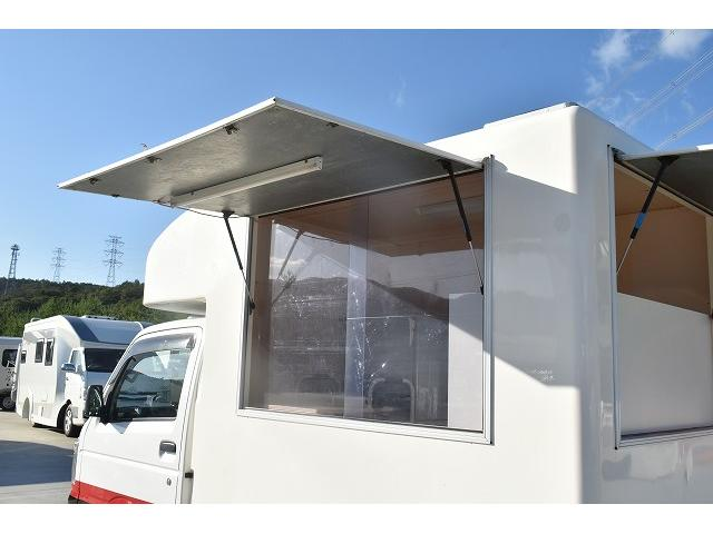 KCエアコン・パワステ 移動販売車 キッチンカー ケータリングカー 2槽シンク 給排水タンク 家庭用AC冷蔵庫 ルーフベント 外部電源  販売口1か所 12Lフライヤー アクリル窓 ラック 収納 作業台(37枚目)