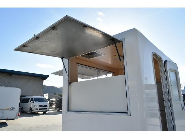 KCエアコン・パワステ 移動販売車 キッチンカー ケータリングカー 2槽シンク 給排水タンク 家庭用AC冷蔵庫 ルーフベント 外部電源  販売口1か所 12Lフライヤー アクリル窓 ラック 収納 作業台(41枚目)
