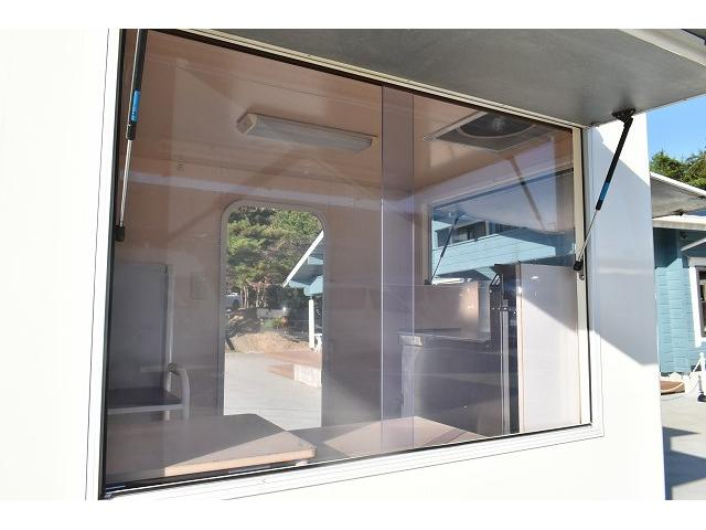 KCエアコン・パワステ 移動販売車 キッチンカー ケータリングカー 2槽シンク 給排水タンク 家庭用AC冷蔵庫 ルーフベント 外部電源  販売口1か所 12Lフライヤー アクリル窓 ラック 収納 作業台(43枚目)