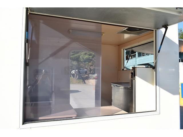 KCエアコン・パワステ 移動販売車 キッチンカー ケータリングカー 2槽シンク 給排水タンク 家庭用AC冷蔵庫 ルーフベント 外部電源  販売口1か所 12Lフライヤー アクリル窓 ラック 収納 作業台(44枚目)