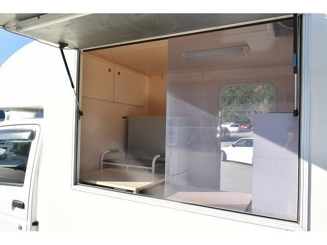 KCエアコン・パワステ 移動販売車 キッチンカー ケータリングカー 2槽シンク 給排水タンク 家庭用AC冷蔵庫 ルーフベント 外部電源  販売口1か所 12Lフライヤー アクリル窓 ラック 収納 作業台(45枚目)