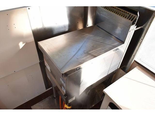 KCエアコン・パワステ 移動販売車 キッチンカー ケータリングカー 2槽シンク 給排水タンク 家庭用AC冷蔵庫 ルーフベント 外部電源  販売口1か所 12Lフライヤー アクリル窓 ラック 収納 作業台(47枚目)
