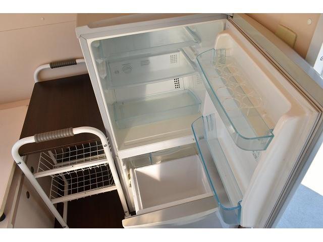 KCエアコン・パワステ 移動販売車 キッチンカー ケータリングカー 2槽シンク 給排水タンク 家庭用AC冷蔵庫 ルーフベント 外部電源  販売口1か所 12Lフライヤー アクリル窓 ラック 収納 作業台(49枚目)