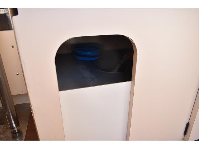 KCエアコン・パワステ 移動販売車 キッチンカー ケータリングカー 2槽シンク 給排水タンク 家庭用AC冷蔵庫 ルーフベント 外部電源  販売口1か所 12Lフライヤー アクリル窓 ラック 収納 作業台(51枚目)