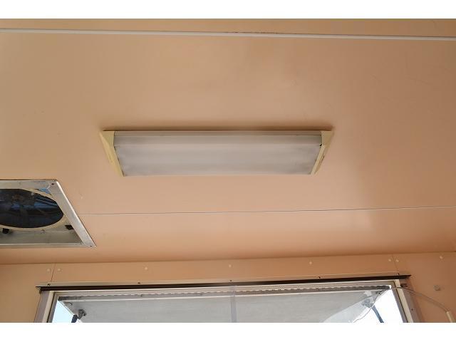 KCエアコン・パワステ 移動販売車 キッチンカー ケータリングカー 2槽シンク 給排水タンク 家庭用AC冷蔵庫 ルーフベント 外部電源  販売口1か所 12Lフライヤー アクリル窓 ラック 収納 作業台(53枚目)