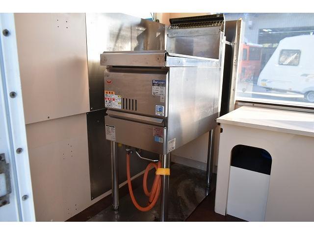 KCエアコン・パワステ 移動販売車 キッチンカー ケータリングカー 2槽シンク 給排水タンク 家庭用AC冷蔵庫 ルーフベント 外部電源  販売口1か所 12Lフライヤー アクリル窓 ラック 収納 作業台(54枚目)