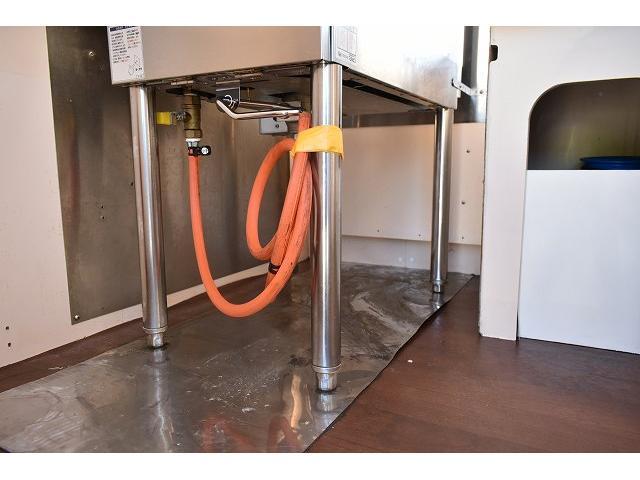 KCエアコン・パワステ 移動販売車 キッチンカー ケータリングカー 2槽シンク 給排水タンク 家庭用AC冷蔵庫 ルーフベント 外部電源  販売口1か所 12Lフライヤー アクリル窓 ラック 収納 作業台(55枚目)