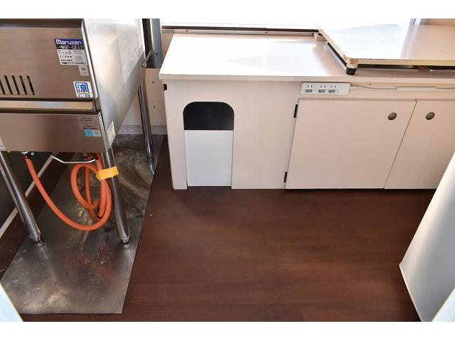 KCエアコン・パワステ 移動販売車 キッチンカー ケータリングカー 2槽シンク 給排水タンク 家庭用AC冷蔵庫 ルーフベント 外部電源  販売口1か所 12Lフライヤー アクリル窓 ラック 収納 作業台(58枚目)