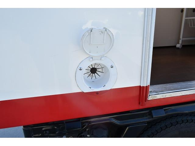 KCエアコン・パワステ 移動販売車 キッチンカー ケータリングカー 2槽シンク 給排水タンク 家庭用AC冷蔵庫 ルーフベント 外部電源  販売口1か所 12Lフライヤー アクリル窓 ラック 収納 作業台(63枚目)