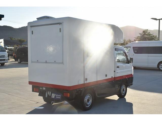 KCエアコン・パワステ 移動販売車 キッチンカー ケータリングカー 2槽シンク 給排水タンク 家庭用AC冷蔵庫 ルーフベント 外部電源  販売口1か所 12Lフライヤー アクリル窓 ラック 収納 作業台(68枚目)