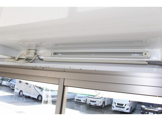 移動販売車 キッチンカー ケータリングカー ワーゲン仕様 8ナンバー加工車登録 換気扇 外部電源差込口 販売口1か所 販売カウンター 販売窓 100Vコンセント ライティングレール2か所 作業台 収納(15枚目)