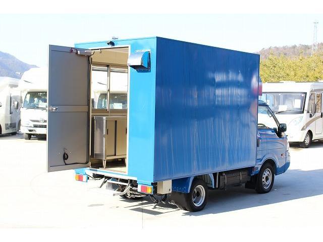 移動販売車 キッチンカー ケータリングカー 3槽シンク 給水タンク リチウムイオンバッテリー 1500Wインバーター 冷蔵庫 換気扇 電気温水器 電気殺菌庫 ステンレスバット 販売窓 ステップ 収納(3枚目)