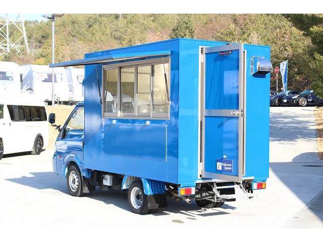 移動販売車 キッチンカー ケータリングカー 3槽シンク 給水タンク リチウムイオンバッテリー 1500Wインバーター 冷蔵庫 換気扇 電気温水器 電気殺菌庫 ステンレスバット 販売窓 ステップ 収納(4枚目)