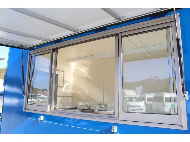 移動販売車 キッチンカー ケータリングカー 3槽シンク 給水タンク リチウムイオンバッテリー 1500Wインバーター 冷蔵庫 換気扇 電気温水器 電気殺菌庫 ステンレスバット 販売窓 ステップ 収納(6枚目)