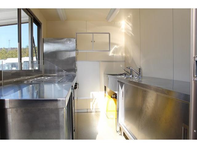 移動販売車 キッチンカー ケータリングカー 3槽シンク 給水タンク リチウムイオンバッテリー 1500Wインバーター 冷蔵庫 換気扇 電気温水器 電気殺菌庫 ステンレスバット 販売窓 ステップ 収納(7枚目)