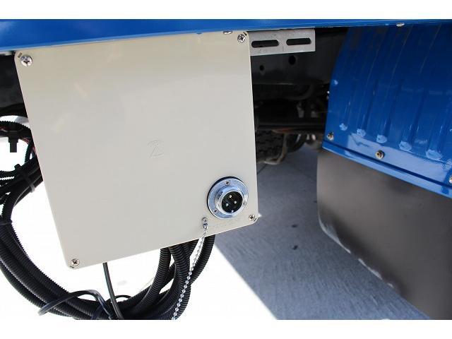 移動販売車 キッチンカー ケータリングカー 3槽シンク 給水タンク リチウムイオンバッテリー 1500Wインバーター 冷蔵庫 換気扇 電気温水器 電気殺菌庫 ステンレスバット 販売窓 ステップ 収納(20枚目)