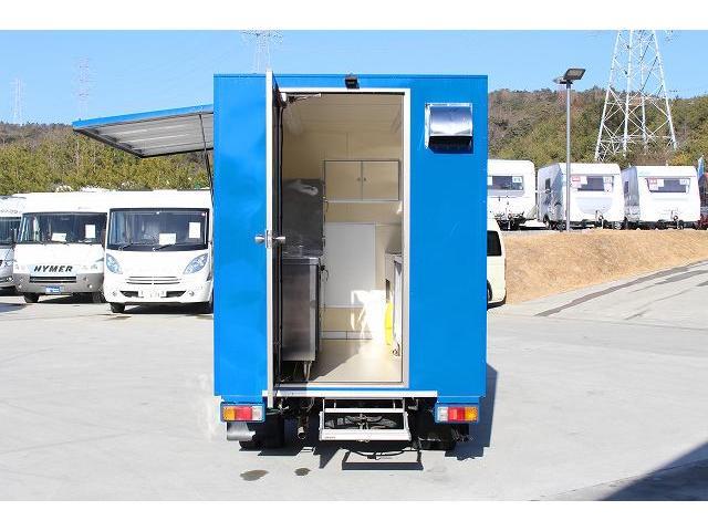 移動販売車 キッチンカー ケータリングカー 3槽シンク 給水タンク リチウムイオンバッテリー 1500Wインバーター 冷蔵庫 換気扇 電気温水器 電気殺菌庫 ステンレスバット 販売窓 ステップ 収納(32枚目)