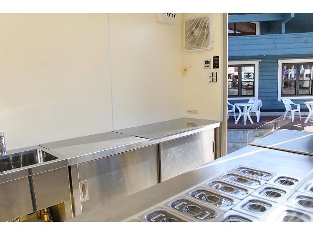 移動販売車 キッチンカー ケータリングカー 3槽シンク 給水タンク リチウムイオンバッテリー 1500Wインバーター 冷蔵庫 換気扇 電気温水器 電気殺菌庫 ステンレスバット 販売窓 ステップ 収納(36枚目)