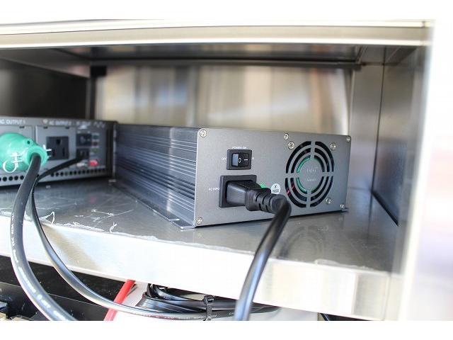 移動販売車 キッチンカー ケータリングカー 3槽シンク 給水タンク リチウムイオンバッテリー 1500Wインバーター 冷蔵庫 換気扇 電気温水器 電気殺菌庫 ステンレスバット 販売窓 ステップ 収納(41枚目)