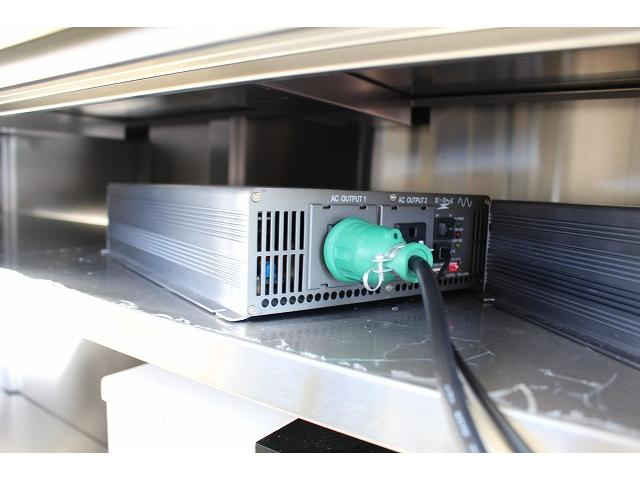 移動販売車 キッチンカー ケータリングカー 3槽シンク 給水タンク リチウムイオンバッテリー 1500Wインバーター 冷蔵庫 換気扇 電気温水器 電気殺菌庫 ステンレスバット 販売窓 ステップ 収納(42枚目)