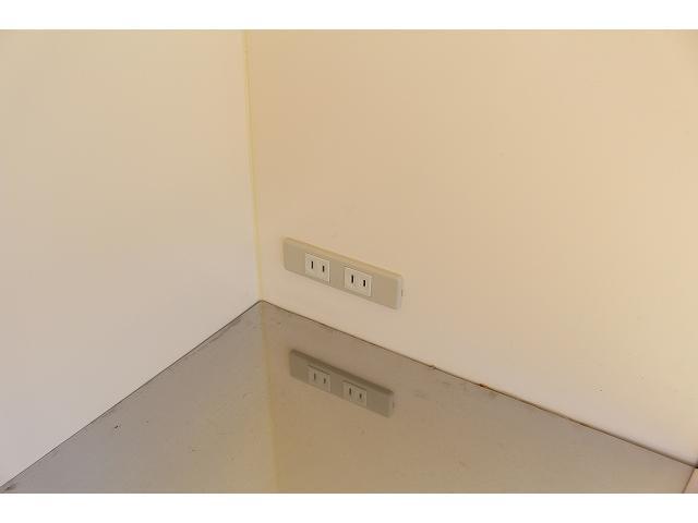 移動販売車 キッチンカー ケータリングカー 3槽シンク 給水タンク リチウムイオンバッテリー 1500Wインバーター 冷蔵庫 換気扇 電気温水器 電気殺菌庫 ステンレスバット 販売窓 ステップ 収納(49枚目)