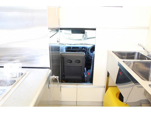 移動販売車 キッチンカー ケータリングカー 3槽シンク 給水タンク リチウムイオンバッテリー 1500Wインバーター 冷蔵庫 換気扇 電気温水器 電気殺菌庫 ステンレスバット 販売窓 ステップ 収納(59枚目)
