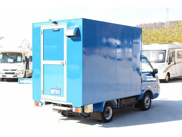 移動販売車 キッチンカー ケータリングカー 3槽シンク 給水タンク リチウムイオンバッテリー 1500Wインバーター 冷蔵庫 換気扇 電気温水器 電気殺菌庫 ステンレスバット 販売窓 ステップ 収納(66枚目)