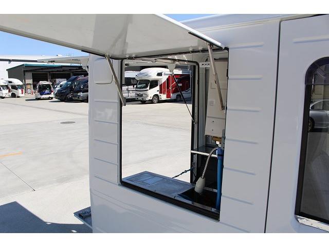 移動販売車 キッチンカー ケータリングカー 軽貨物4ナンバー登録車 1槽シンク LPG用給湯器 ポンプ ミニファン 販売カウンター 開口口3か所 AT 常時ミラーモニター アルミフロア 照明 作業台(7枚目)