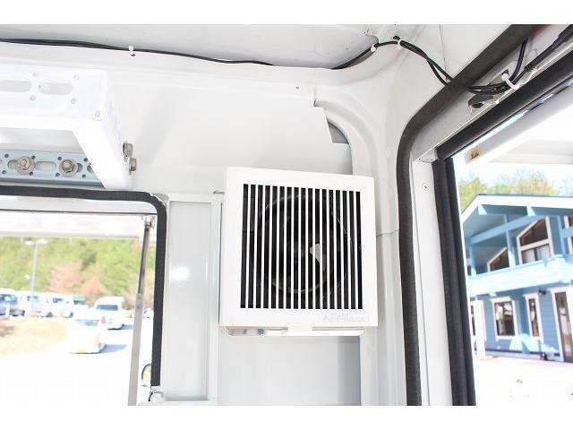 移動販売車 キッチンカー ケータリングカー 軽貨物4ナンバー登録車 1槽シンク LPG用給湯器 ポンプ ミニファン 販売カウンター 開口口3か所 AT 常時ミラーモニター アルミフロア 照明 作業台(15枚目)