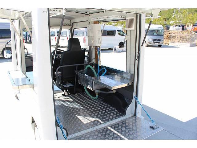 移動販売車 キッチンカー ケータリングカー 軽貨物4ナンバー登録車 1槽シンク LPG用給湯器 ポンプ ミニファン 販売カウンター 開口口3か所 AT 常時ミラーモニター アルミフロア 照明 作業台(32枚目)