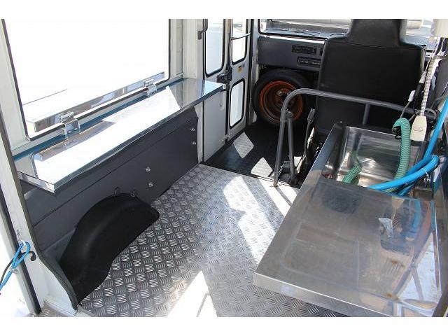 移動販売車 キッチンカー ケータリングカー 軽貨物4ナンバー登録車 1槽シンク LPG用給湯器 ポンプ ミニファン 販売カウンター 開口口3か所 AT 常時ミラーモニター アルミフロア 照明 作業台(35枚目)