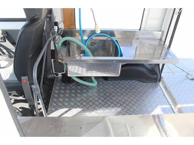 移動販売車 キッチンカー ケータリングカー 軽貨物4ナンバー登録車 1槽シンク LPG用給湯器 ポンプ ミニファン 販売カウンター 開口口3か所 AT 常時ミラーモニター アルミフロア 照明 作業台(36枚目)