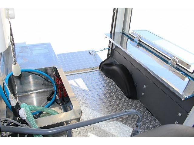 移動販売車 キッチンカー ケータリングカー 軽貨物4ナンバー登録車 1槽シンク LPG用給湯器 ポンプ ミニファン 販売カウンター 開口口3か所 AT 常時ミラーモニター アルミフロア 照明 作業台(37枚目)