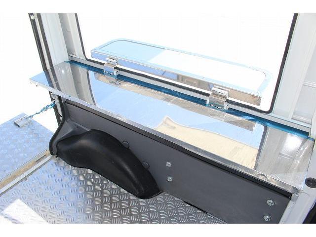 移動販売車 キッチンカー ケータリングカー 軽貨物4ナンバー登録車 1槽シンク LPG用給湯器 ポンプ ミニファン 販売カウンター 開口口3か所 AT 常時ミラーモニター アルミフロア 照明 作業台(39枚目)